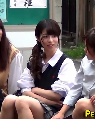 Asiatisk tonåringar kissa i parken