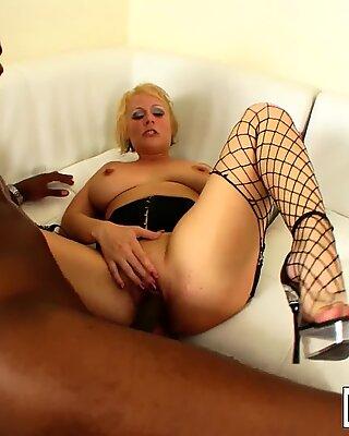 Forte Poitrine Blonde Maman Salope Sunny aime cette file d'attente Noir