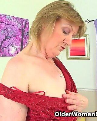 Brittisk mormor clare knullar en dildo