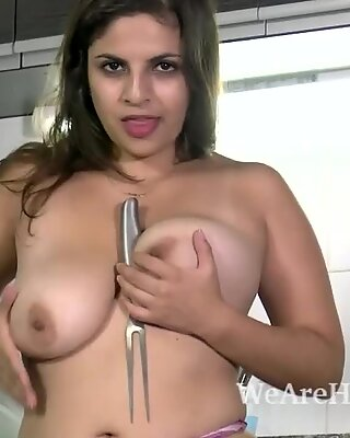 Anastasia Cherry masturbates with kitchen toys