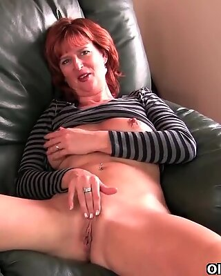 Femme Mûre Rouedhed Mère se masturbe sur le canapé