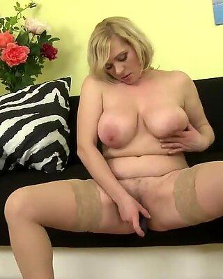 Belle forte poitrine femme mûre mère nourrir son chat