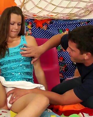 Ruskeaverikkö teini saa tussu perseestä sängyssä