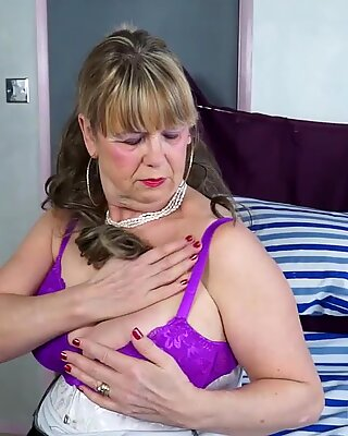 Omageil stora mormor boobs solo showoff och literaker
