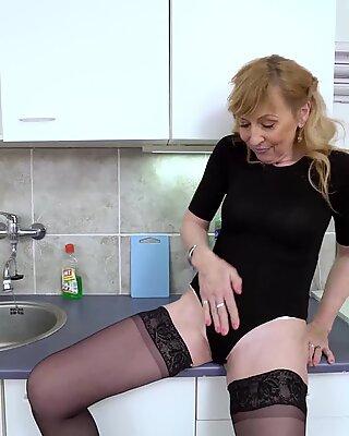 Euroopemature Äldre Mogen Lady Solo Striptease