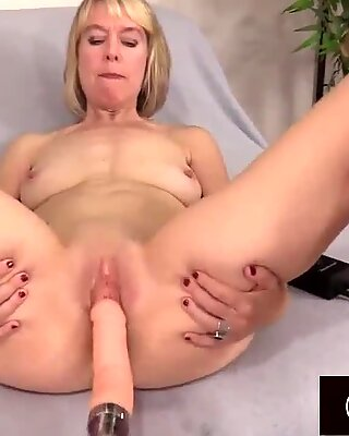 Fucking Machine Makes Granny Jamie Foster Moan Like a Perfect Slut