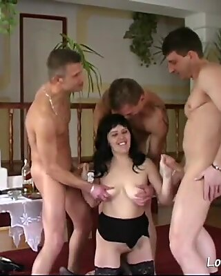 Nana sexy devient Baisée dans un gangbang dans un plan à quatre .mp4