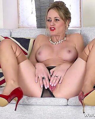 Gros seins brunette maman salope Sofia Rae déballe et va et vient en bas nylon et talons fantaisie
